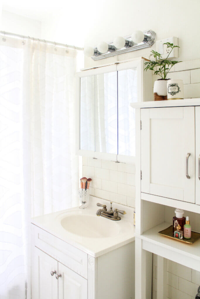 Small white bathroom in apartment in Lincoln Park