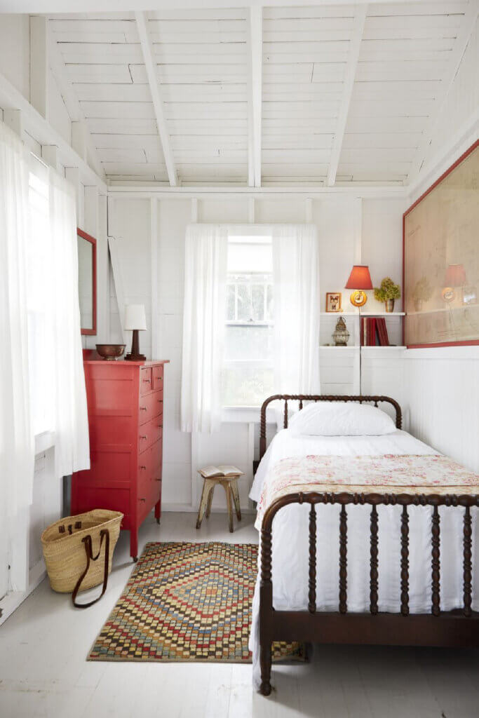 A twin bed is in this guest room of Martha's Vineyard beach cottage.